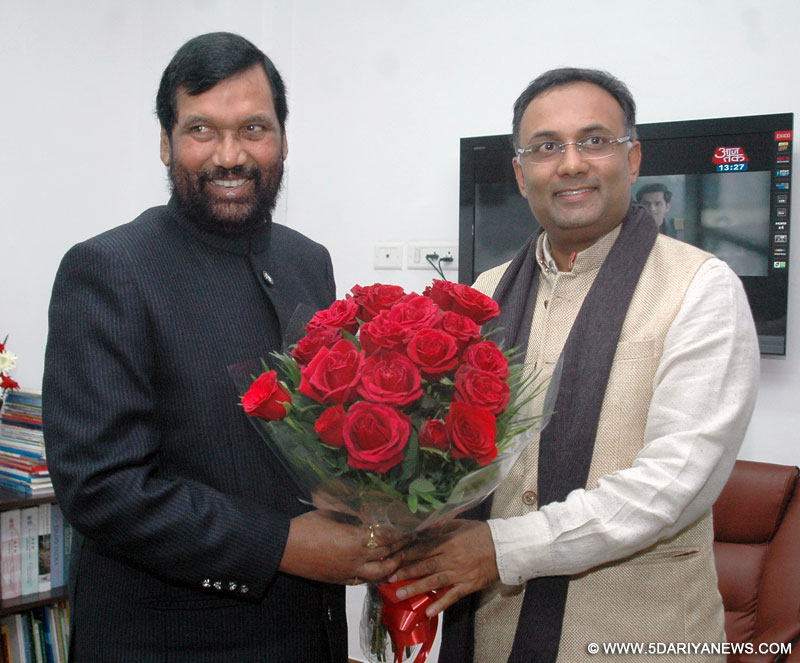 The Minister of State for Civil Supplies and Consumer Affairs and Dharwad District Incharge Minister, Karnataka, Dinesh Gundu Rao calling on the Union Minister for Consumer Affairs, Food and Public Distribution, Ram Vilas Paswan, in New Delhi on January 21, 2015.