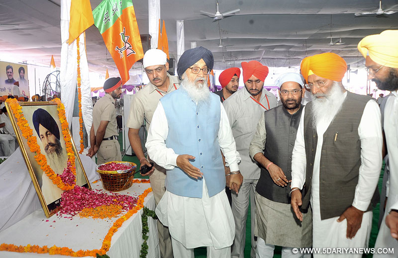 Punjab Chief Minister Parkash Singh Badal paying floral tributes to Sant Harchand Singh Longowal on his 30th Death Anniversary at a State Level Function in Village Longowal (Sangrur) on Thursday.