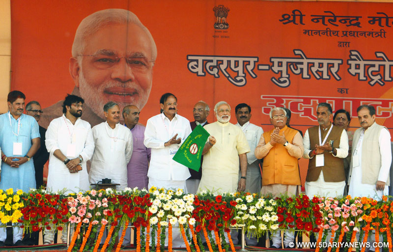 The Prime Minister, Shri Narendra Modi flagging off the Badarpur-Faridabad Metro train, at Faridabad on September 06, 2015. The Chief Minister of Haryana, Shri Manohar Lal Khattar and the Union Ministers, Shri M. Venkaiah Naidu, Shri Chaudhary Birender Singh, Shri Krishan Pal, Shri Rao Inderjit Singh and Shri Babul Supriyo are also seen.