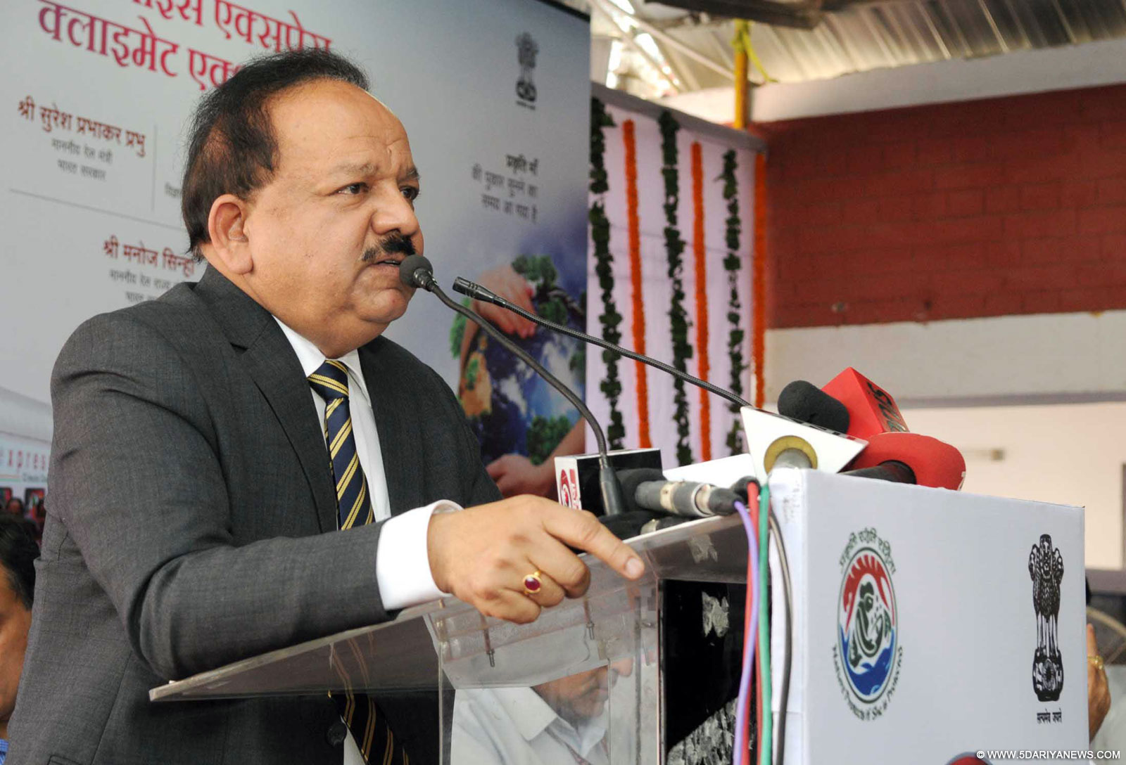 Uploads/2015/10/15/en-news-08275730-Dr.-Harsh-Vardhan-addressing-at-the-flag.jpg