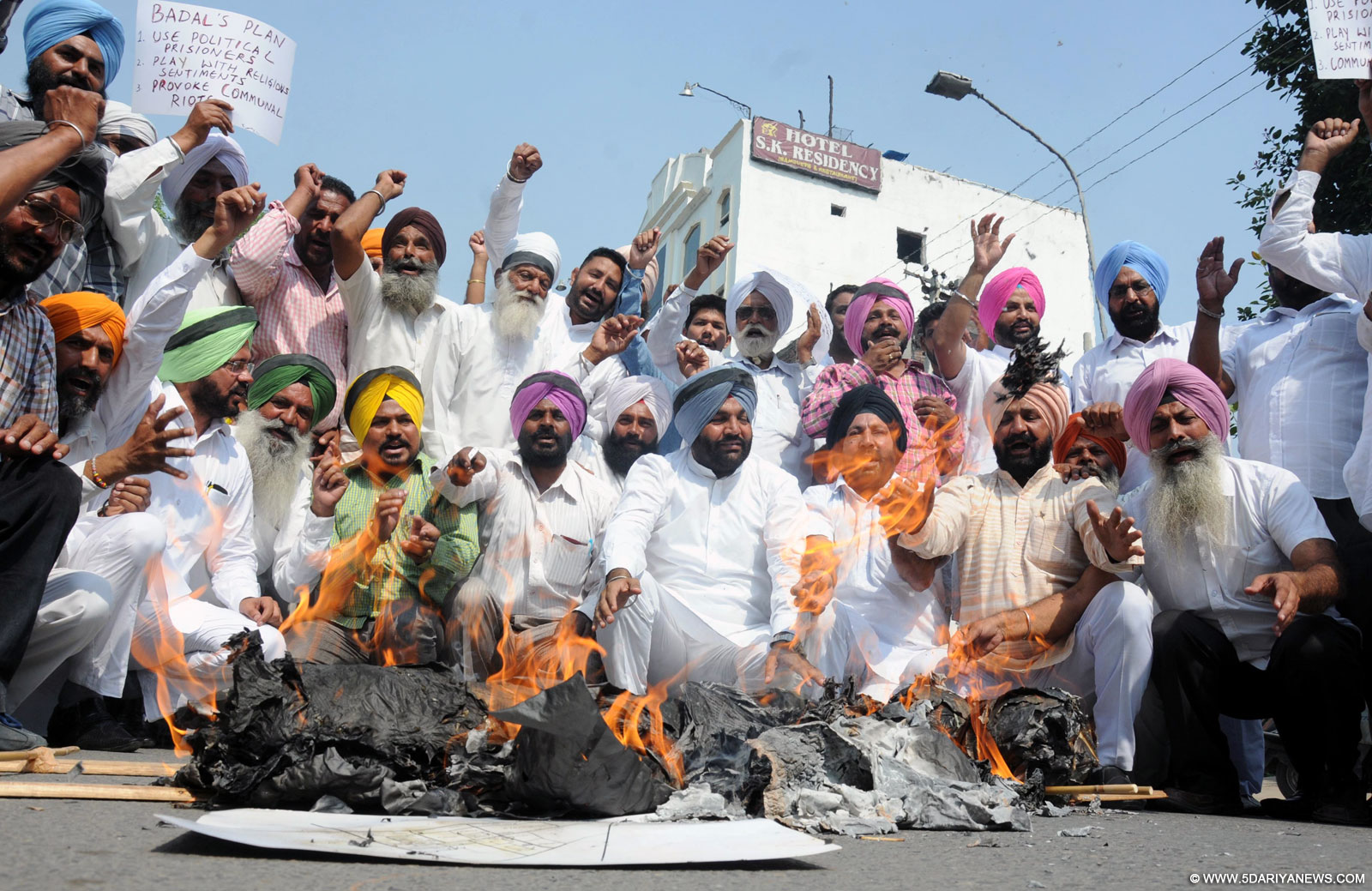 Congressmen stage a demonstration against Punjab Chief Minister Parkash Singh Badal in Amritsar, on Oct 16, 2015