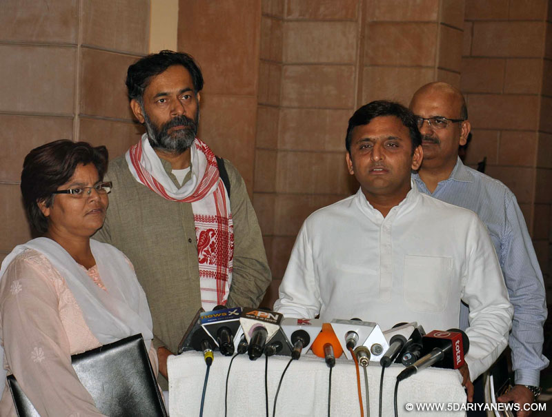 Lucknow : Uttar Pradesh Chief Minister Akhilesh Yadav addresses during a press conference in Lucknow, on Oct 27, 2015. Also seen Social scientist Yogendra Yadav.