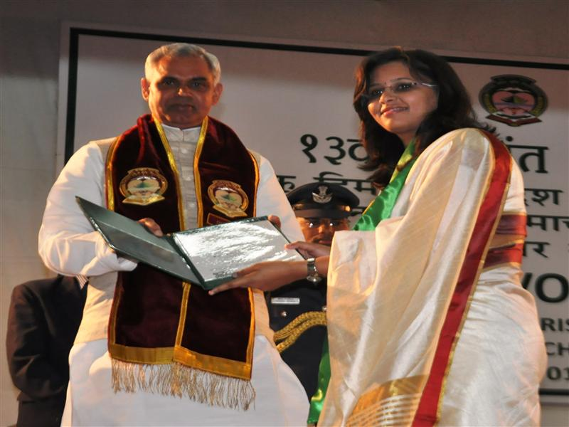 Governor Acharya Devvrat confers degree to the student during Convocation of the CSK Agriculture University at Palampur on 1 November 2015.