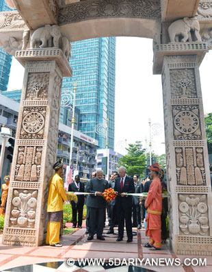 The Prime Minister, Shri Narendra Modi and the Prime Minister of Malaysia, Mr. Najib Razak, at the Torana Gate inauguration ceremony, in Putrajaya, Malaysia on November 23, 2015