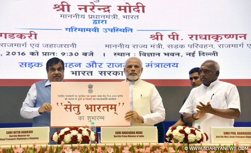 The Prime Minister, Shri Narendra Modi launching the Setu Bharatam– for bridge building to ensure seamless travel on National Highways, in New Delhi on March 04, 2016. The Union Minister for Road Transport & Highways and Shipping, Shri Nitin Gadkari and the Minister of State for Road Transport & Highways and Shipping, Shri P. Radhakrishnan are also seen.