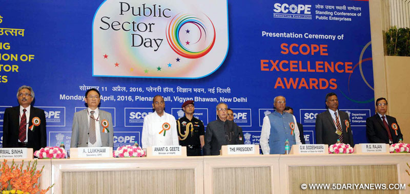 The President,Pranab Mukherjee at the presentation ceremony of the SCOPE Excellence Awards, on the occasion of the Public Sector Day, in New Delhi on April 11, 2016. The Union Minister for Heavy Industries and Public Enterprises, Shri Anant Geete, the Minister of State for Heavy Industries & Public Enterprises, Shri G.M. Siddeshwara and other dignitaries are also seen.