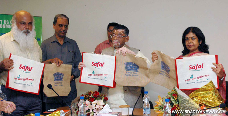 Santosh Kumar Gangwar launching the venture to supply eco-friendly jute carry-bags at all Mother Dairy/Safal outlets in Delhi-NCR, in collaboration with National Jute Board and Birds Jute & Exports Ltd. (BJEL), at a function, in New Delhi on April 19, 2016.
