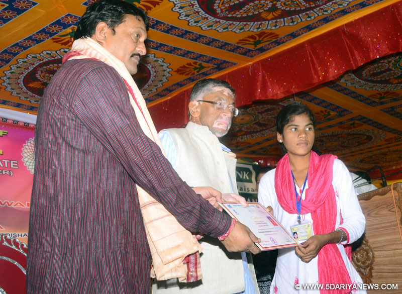 The Minister of State for Textiles (Independent Charge), Shri Santosh Kumar Gangwar gave away the certificates to pass outs of the first Handloom Entrepreneur training course, at a function, in Sohlela Block, Bargarh district of Odisha on June 24, 2016.