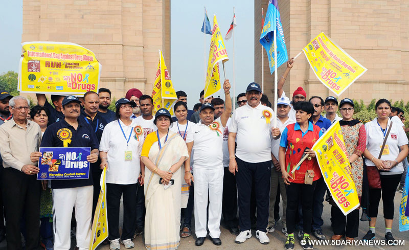 The Union Minister for Social Justice and Empowerment, Shri Thaawar Chand Gehlot at the flagging off ceremony of the National Run against Drug Abuse, in New Delhi on June 26, 2016. The Minister of State for Social Justice & Empowerment, Shri Vijay Sampla and the Secretary, Ministry of Social Justice and Empowerment, Ms. Anita Agnihotri are also seen.