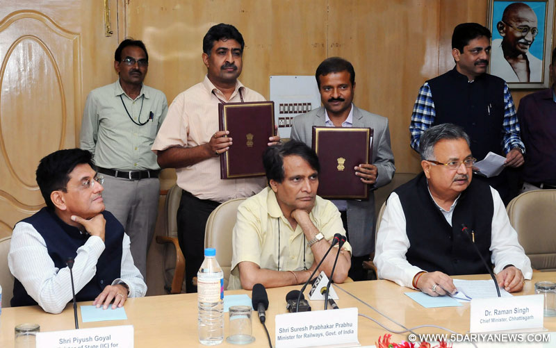 The Union Minister for Railways, Shri Suresh Prabhakar Prabhu witnessing the signing ceremony of the Joint Venture Agreement between Ministry of Railways and Govt. of Chhattisgarh, in New Delhi on August 04, 2016. The Chief Minister of Chhattisgarh, Dr. Raman Singh and the Minister of State for Power, Coal, New and Renewable Energy and Mines (Independent Charge), Shri Piyush Goyal are also seen.