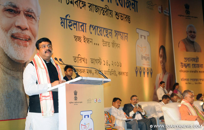 Dharmendra Pradhan handing over the LPG connection to a beneficiary, at the launching ceremony of PMUY, at Nazrul Manch, in Kolkata, West Bengal on August 14, 2016. The Minister of State for Heavy Industries & Public Enterprises, Shri Babul Supriyo and the Minister of State for Agriculture & Farmers Welfare and Parliamentary Affairs, Shri S.S. Ahluwalia are also seen.