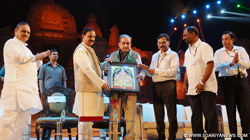 The Union Minister for Steel, Shri Chaudhary Birender Singh and the Minister of State for Culture and Tourism (Independent Charge), Dr. Mahesh Sharma, at the Rashtriya Sanskriti Mahotsav-2016, organised by the Ministry of Culture, in New Delhi on October 17, 2016.