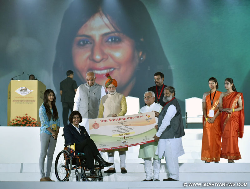 The Prime Minister, Shri Narendra Modi felicitating the Rio Paralympic Silver Medalist, Ms. Deepa Malik, with award of Rs.4 crore, at Haryana Swarna Jayanti Celebrations, in Gurugram, Haryana on November 01, 2016. The Governor of Haryana, Prof. Kaptan Singh Solanki and the Chief Minister of Haryana, Shri Manohar Lal Khattar are also seen.