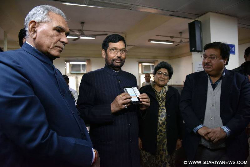 Ram Vilas Paswan made cashless payment to promote cashless transaction drive, in New Delhi on December 19, 2016.