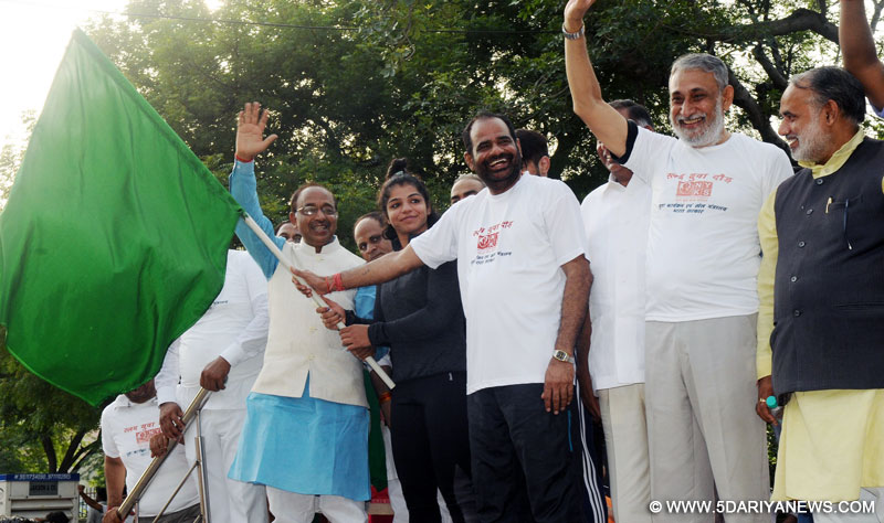 The Minister of State for Youth Affairs and Sports (I/C), Water Resources, River Development and Ganga Rejuvenation, Shri Vijay Goel flagging off the 7th Slum Yuva Daud, at Tughlaqabad Village Fort, in New Delhi on July 09, 2017. The Member of Parliament, Shri Ramesh Bidhuri, Wrestler Sakshi Malik and other dignitaries are also seen.