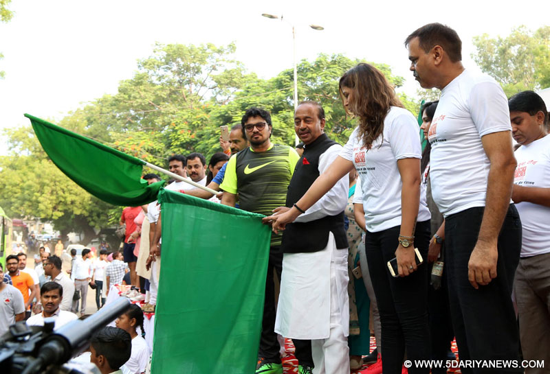 The Minister of State for Youth Affairs and Sports (I/C), Water Resources, River Development and Ganga Rejuvenation, Shri Vijay Goel and the Minister of State for Heavy Industries & Public Enterprises, Shri Babul Supriyo flagging off the 8th Slum Yuva Daud from Qutub Minar Bus Stand, in New Delhi on July 15, 2017.