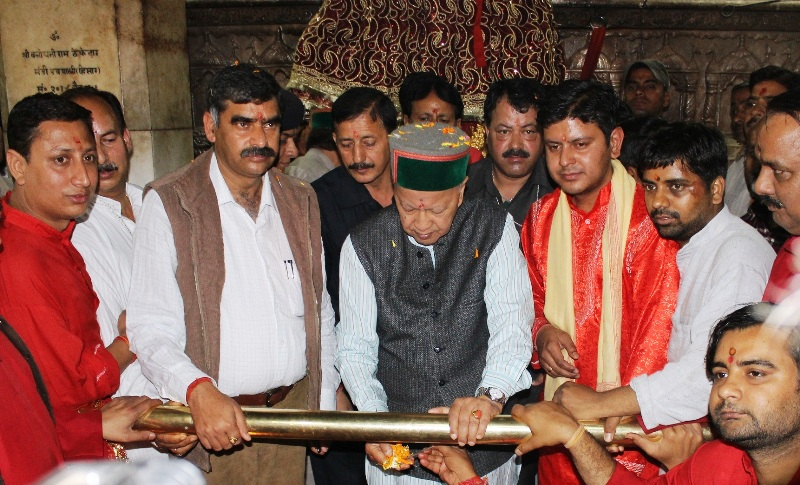 Chief Minister, Shri Virbhadra Singh paying obeisance at famous shrine Mata Jawalamukhi on the auspicious occasion of 9th Navratra, today.