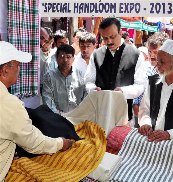 Minister of State of Industries and Commerce, Sajad Ahmed Kichloo inspecting a stall after inaugurating Special Handloom Expo-2013 at Sonamarg