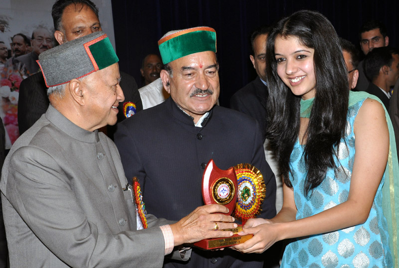 Chief Minister, Shri Virbhadra Singh presenting prizes to meritorious Students of IGMC Shimla last evening.
